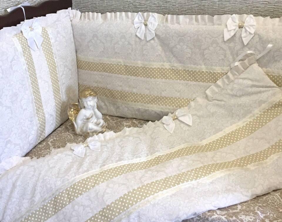 Бортики в кроватку высокие, сплошные.